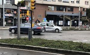 El choque entre dos vehículos dificulta el tráfico en el centro de Gijón