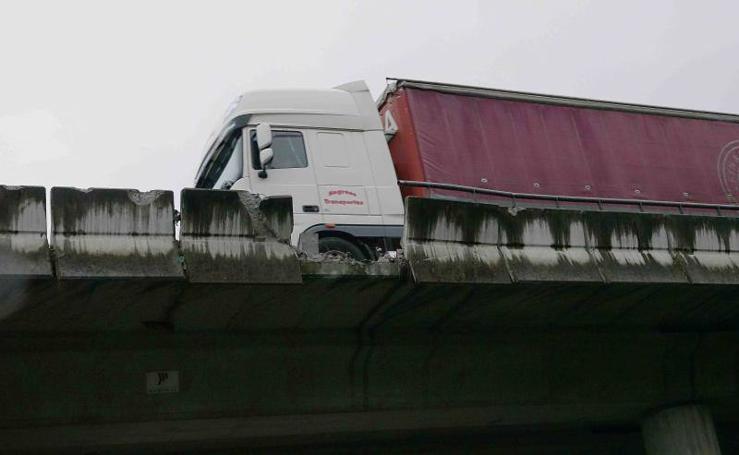 Un accidente destroza parte de la protección del puente de la A-8 en Llanes