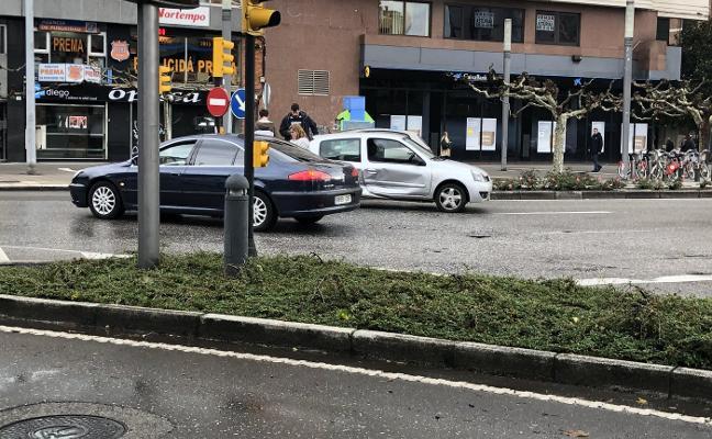 Colisión de dos coches en Álvarez Garaya