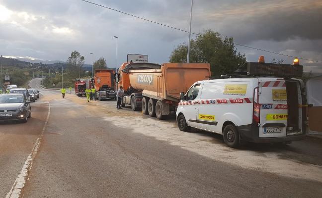 Un camión vierte 300 litros de gasóleo en Sograndio tras 'hacer la tijera' y salirse de la vía