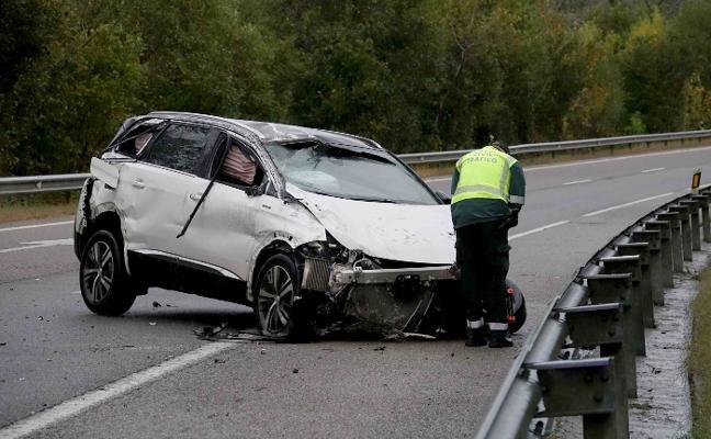 Dos heridos tras chocar su coche contra el muro de protección de la A-8 en Llanes
