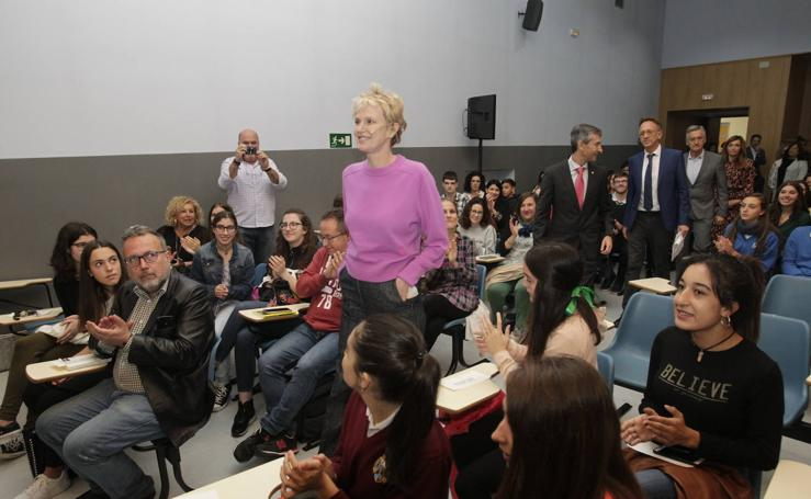 Siri Hustvedt mantiene un encuentro con estudiantes en el IES Alfonso II de Oviedo