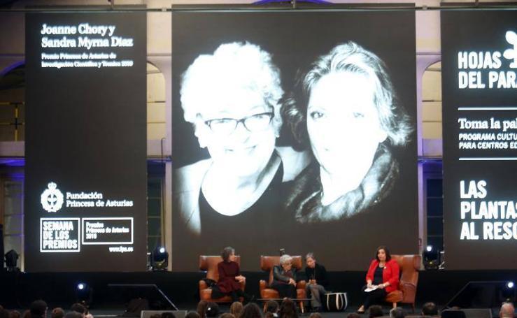 Joanne Chory y Sandra Myrna Díaz conectan con los jóvenes en la Fábrica de Armas de la Vega