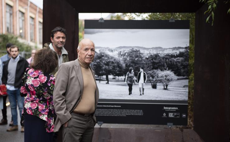 Alejandro Portes visita en Oviedo la exposición 'Integrantes: la nueva asturianía'