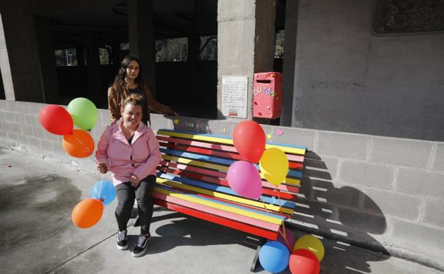 Un 'banco de la amistad' en el colegio Lastra de Mieres para prevenir el acoso