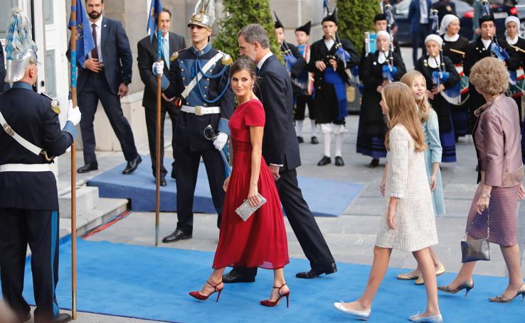 Elegancia y estilo en la alfombra azul de los Premios Princesa de Asturias
