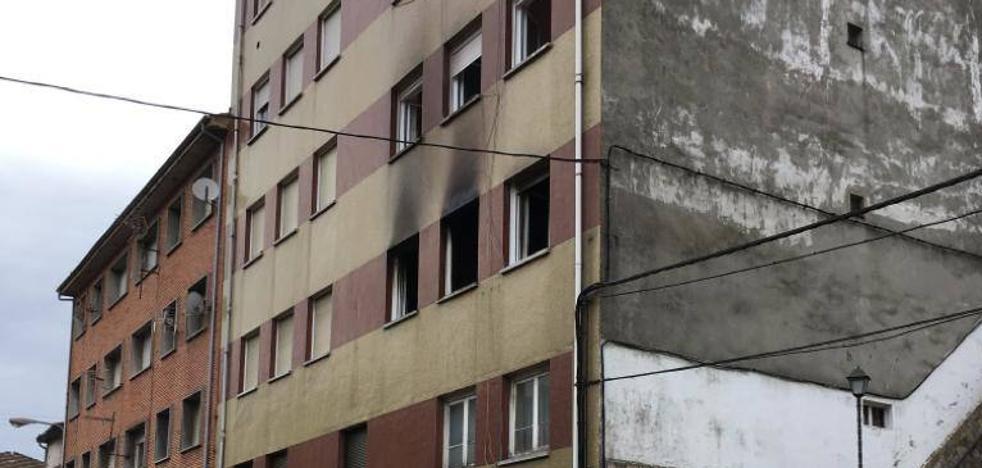 Un incendio en una vivienda en Mieres obliga a evacuar a dos personas
