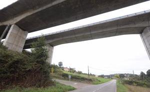 Cortan el tráfico de la AS-319 en Corvera tras precipitarse una persona a la vía
