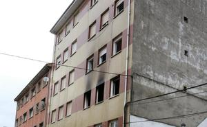 Tres personas rescatadas en el incendio de un piso en Santullano