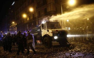 Los Mossos estrenan su camión lanza agua durante los disturbios de Barcelona