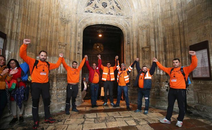 Salen de la Catedral los trabajadores encerrados de Vesuvius