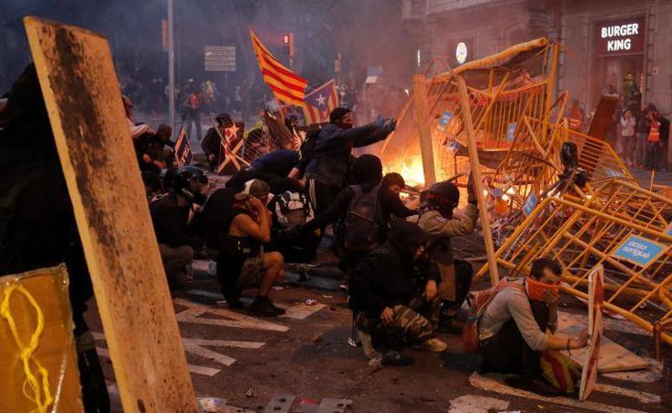 Decenas de heridos en una noche que deja imágenes pavorosas en Cataluña