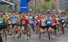 Cerca de 1.500 corredores desafían a la lluvia en Gijón