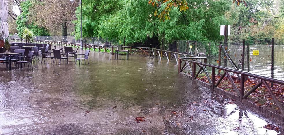 Las fuertes lluvias obligan a cerrar el parque Isabel La Católica