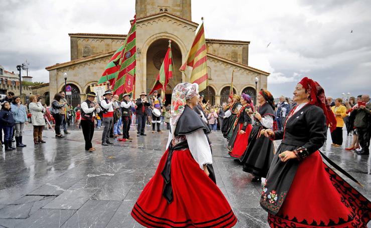 Los pendones leoneses desembarcan un año más en Gijón