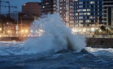 El temporal deja olas de hasta ocho metros en Gijón