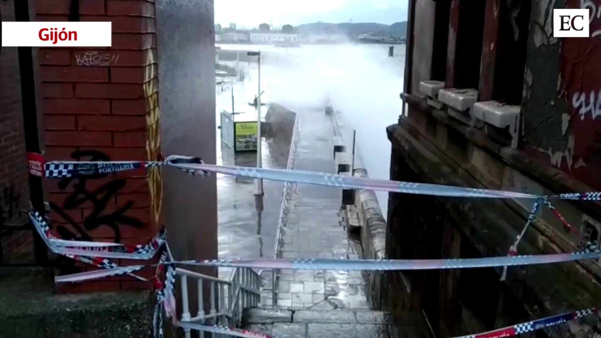 Las olas golpean con fuerza en Gijón