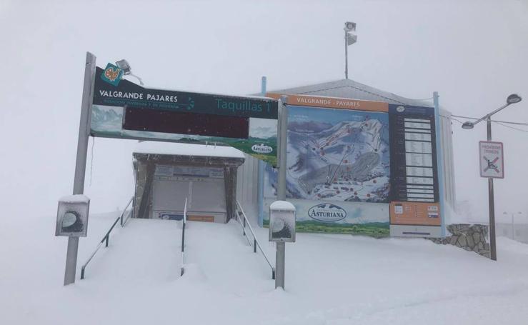 La niebla y la nieve resisten en Pajares