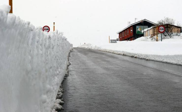 San Isidro luce un espeso manto de nieve