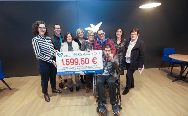 Un cheque de 1.599 euros para la asociación Rey Pelayo