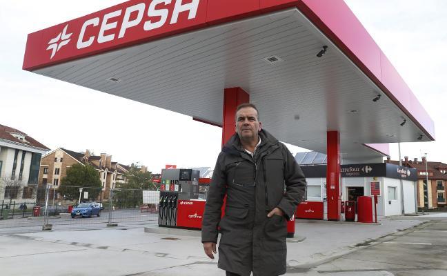 «Han sido meses duros. Esta gasolinera debería haber estado abierta hace tiempo»