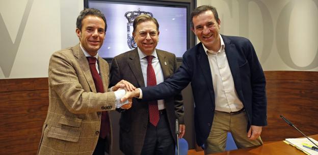 Nacho Cuesta, Alfredo Canteli y Javier Cuesta se dan un apretón de manos tras presentar el proyecto de presupuestos. / M. ROJAS