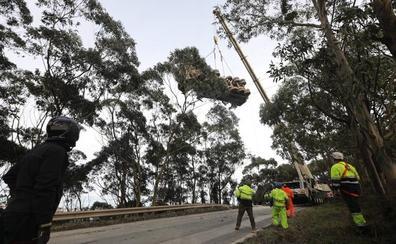 Una grúa retira el camión que volcó ayer en la cuesta de El Estrellín