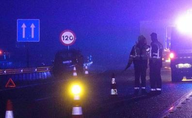Un choque entre un camión y un turismo en la autovía del Cantábrico a su paso por Llanes