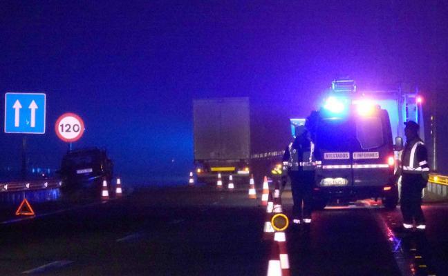 Un camión y un coche colisionan en plena noche en la A-8 a su paso por Llanes
