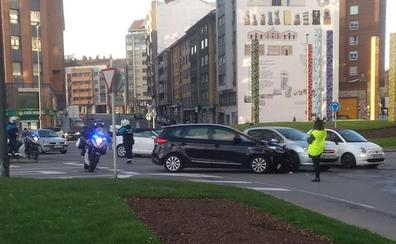 Una colisión en Los Oficios corta el acceso a la calle de El Muelle en Avilés