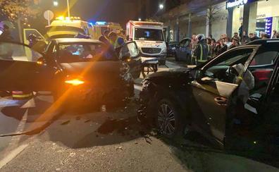 Un conductor herido tras un choque frontal entre dos vehículos en el centro de Langreo