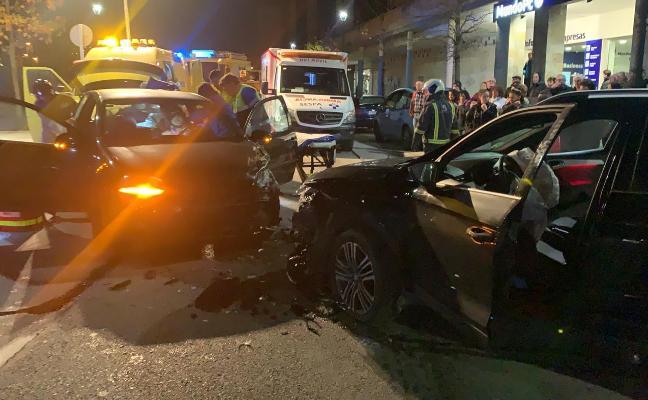 Dos heridos leves en un accidente de tráfico en el centro de La Felguera