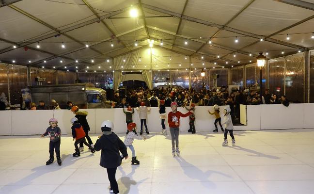 Cangas de Onís se desliza en patines hacia la Navidad