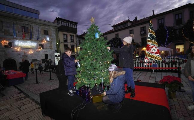 Ribadesella inaugura su árbol de los deseos con chocolate y magia