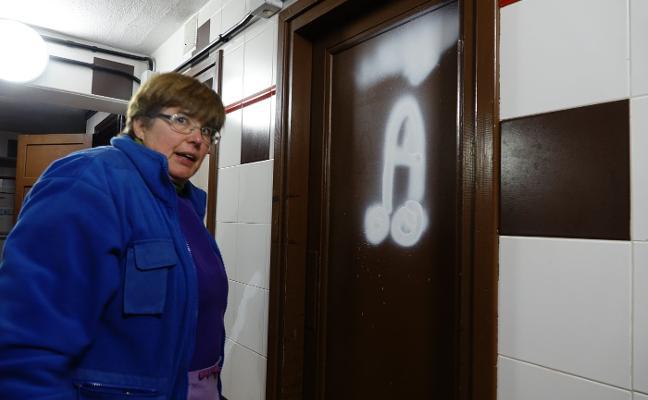 Aparecen varias pintadas en los baños del Santuario de Covadonga