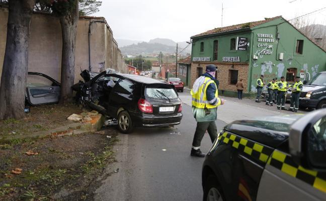 Un herido al colisionar un coche en Granda