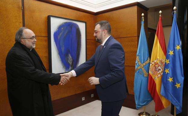 Sanz Montes saluda a Barbón en la sede de Presidencia./Armando Álvarez