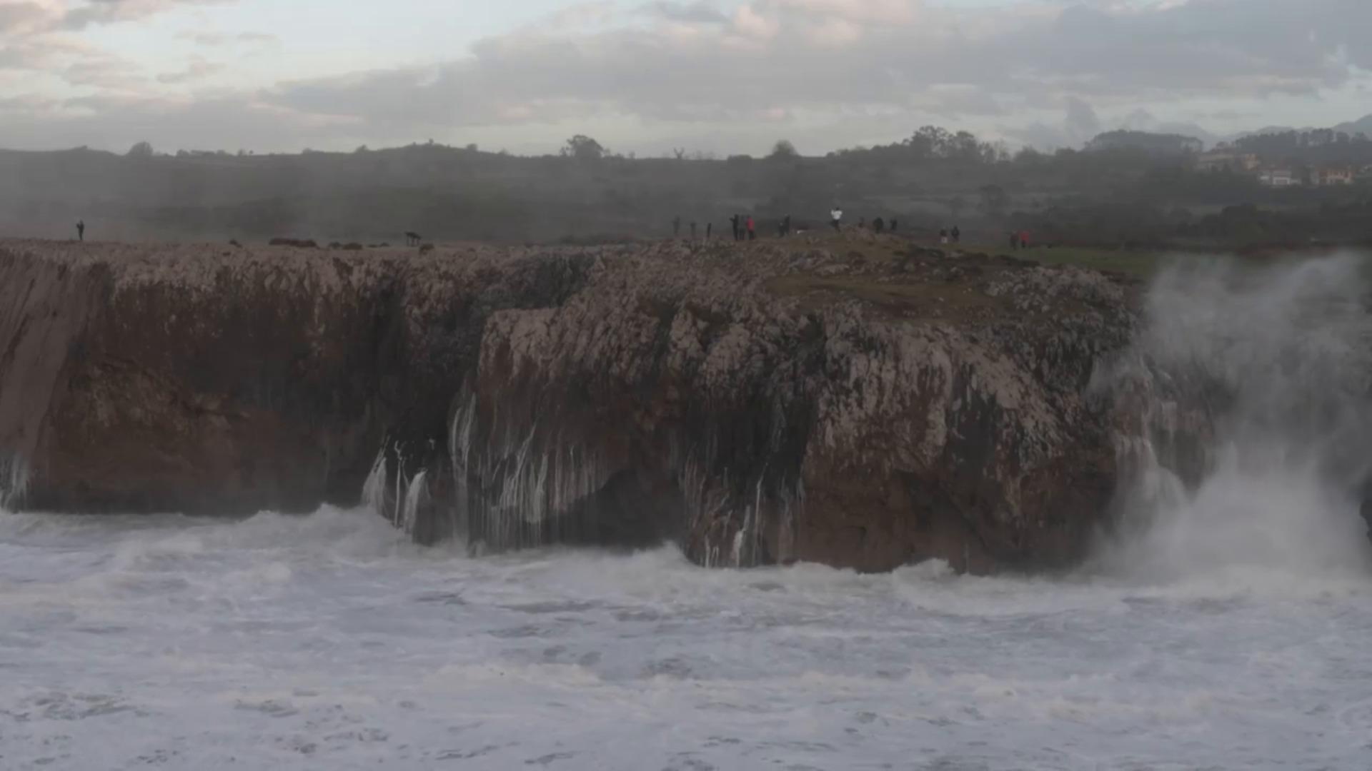 Las increíbles imágenes de los bufones en Llanes