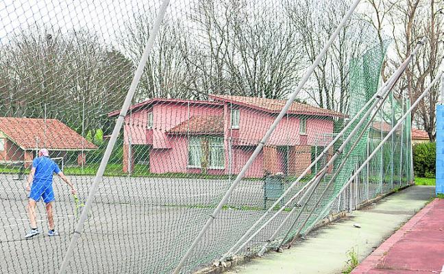 Los temporales destrozan las canchas deportivas de la residencia de Perlora