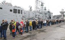 Largas colas en Gijón para ver los buques de la Armada