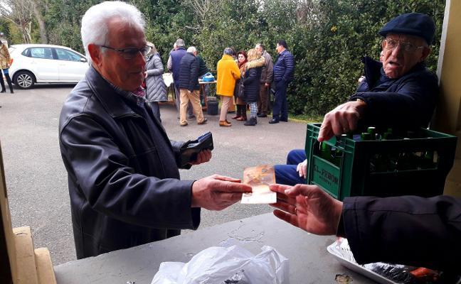 La subasta del ramu en la fiesta de Albandi recauda más de 700 euros