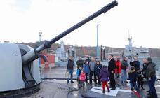 La Armada, sin descanso para atender visitas en Gijón