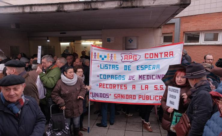 Cerca de 200 personas piden más recursos para los centros de salud asturianos