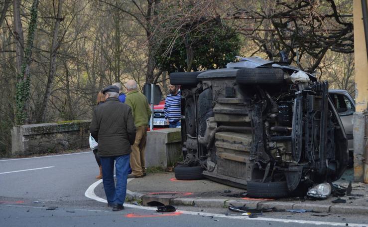Un conductor empotra su vehículo contra una casa en Cangas del Narcea