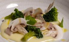 Brócoli a la crema, anguila ahumada y champiñón