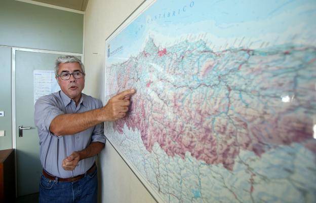 Jaime Izquierdo señala Yernes y Tameza, el concejo menos poblado de Asturias, en el mapa. Hace 120 años tenía casi seis veces más población. / ÁLEX PIÑA