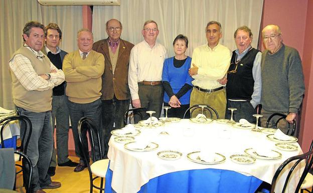 Gerardo Fernández Bustillo, segundo por la derecha, en una reunión del Círculo de Valdediós. J. D./