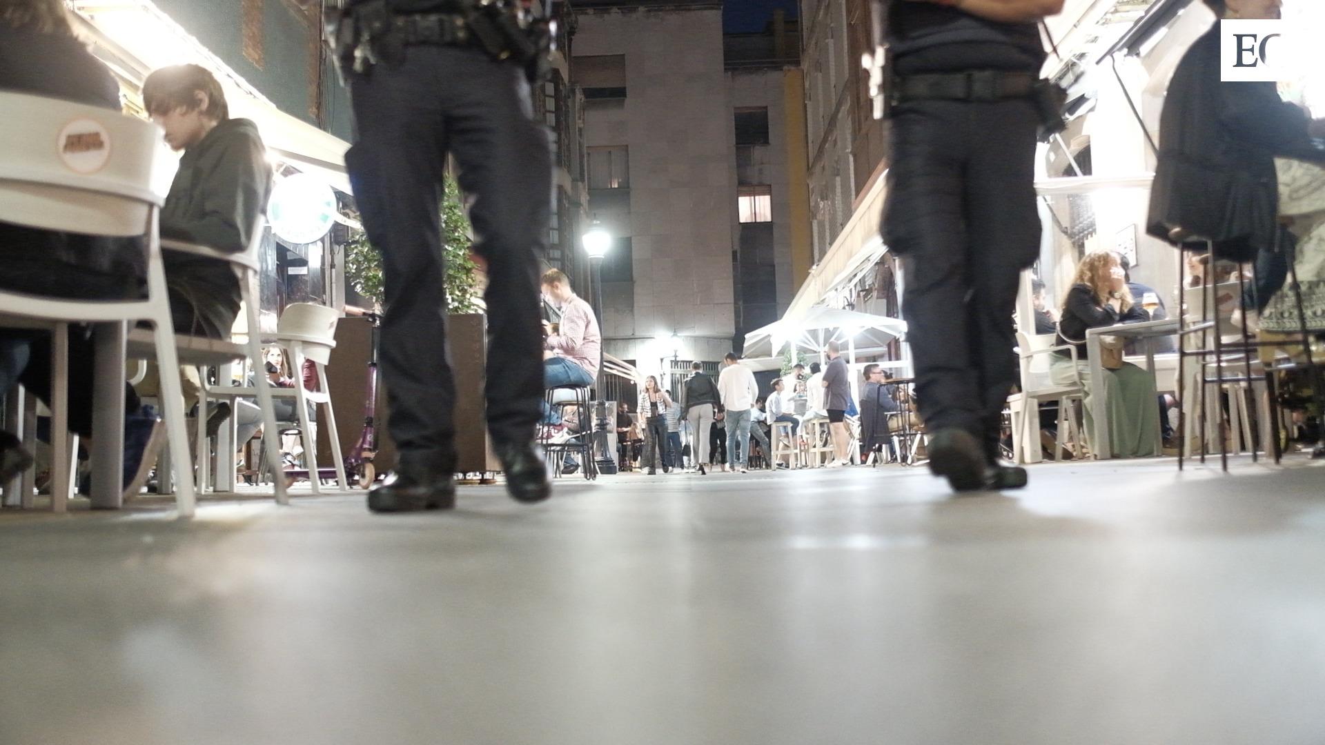 Patrulla nocturna de la Policía Local de Gijón durante el fin de semana