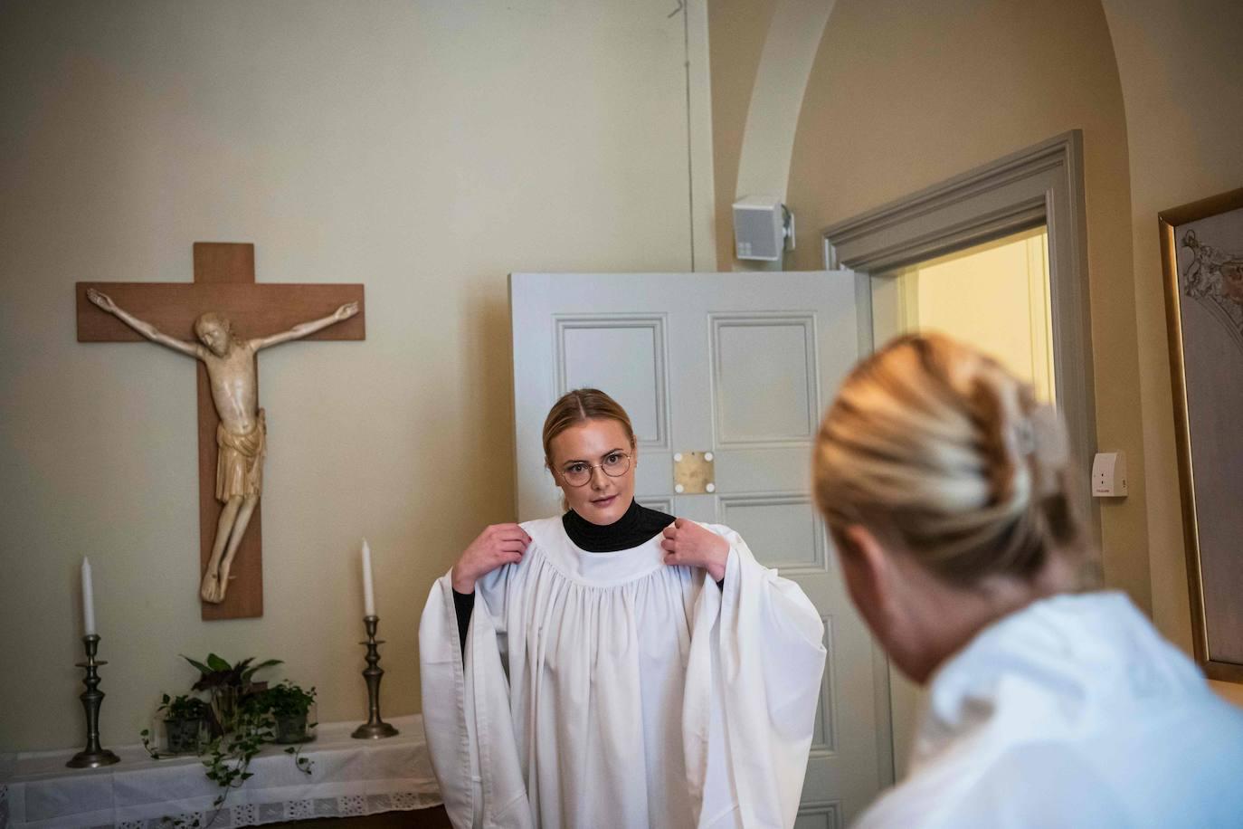 Mujer ejerce el sacerdocio