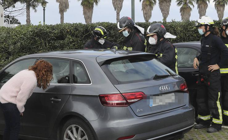 Rescatan a una niña que quedó encerrada en un coche en Gijón